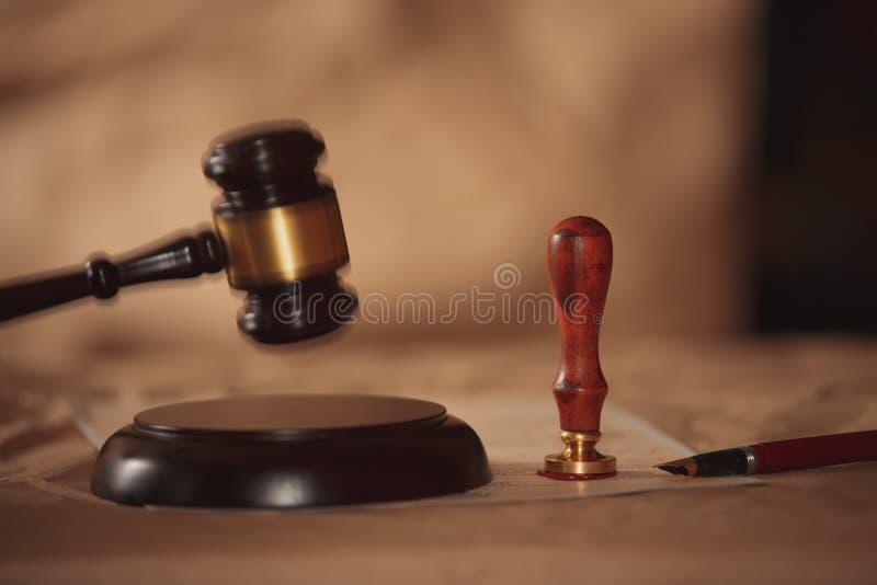 Juzgue el mazo con consejo de los abogados legal en el bufete de abogados en fondo Conceptos de ley fotos de archivo