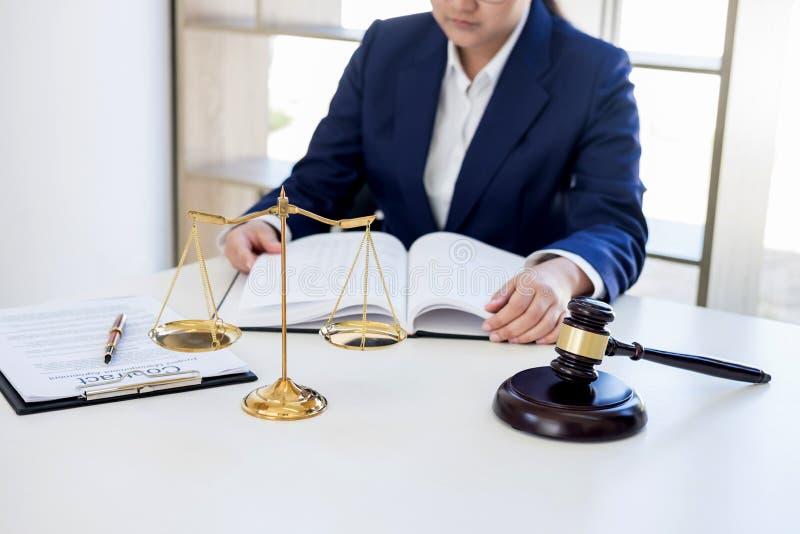 Juzgue el mazo con las escalas de la justicia, abogados de sexo femenino profesionales foto de archivo libre de regalías
