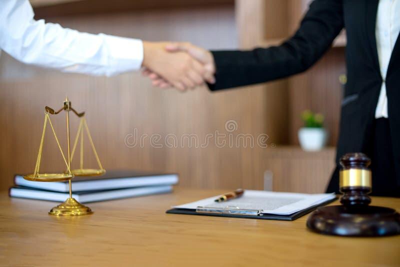 Juzgue el mazo con los abogados de la justicia que tienen reuni?n con el equipo imagenes de archivo