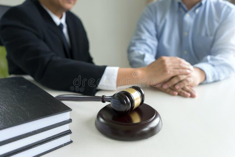 Juzgue el mazo con los abogados demandante de la justicia o la reunión del demandado foto de archivo libre de regalías