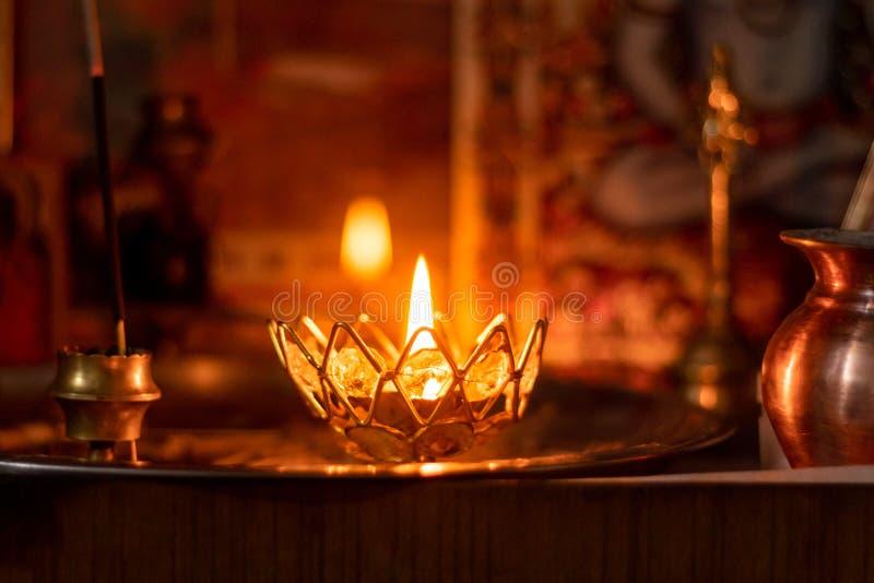 Jyoti de diya & x28;candle & x29; templo interno brilhante, tradição indiana de brilhar velas de latão com ghee puro imagem de stock royalty free