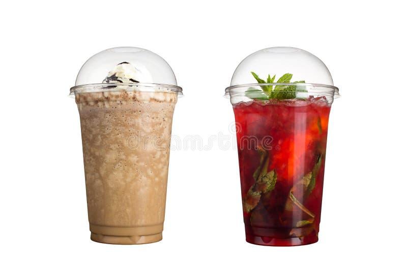 Köstliche Frucht Smoothies in den Plastikschalen, auf einem weißen Hintergrund Zwei Milchshaken mit Schokolade und Beere mojito lizenzfreie stockfotos