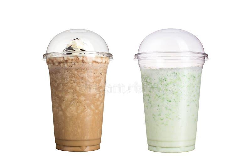 Köstliche Frucht Smoothies in den Plastikschalen, auf einem weißen Hintergrund Zwei Milchshaken mit verschiedenen Aromen lizenzfreie stockbilder