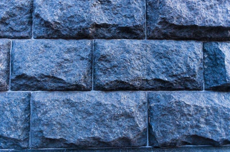 Künstliche blaue Leuchte Granit-Wand Kleines Fragment des großen Steins Sehr ausführlich und wirklich stockfotografie