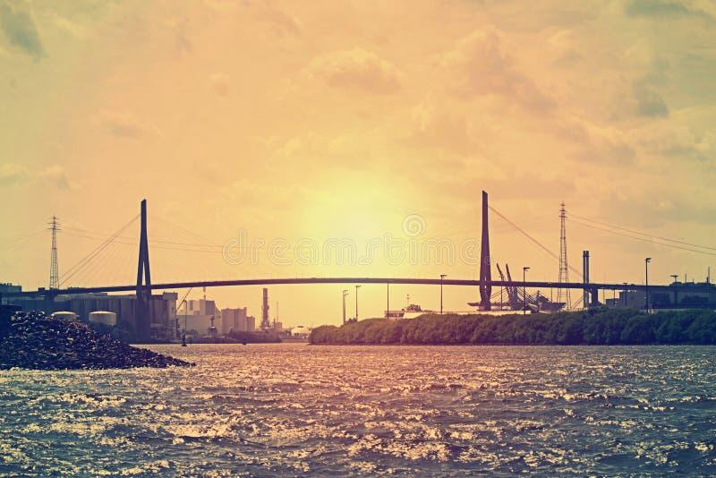 Köhlbrand-мост в порт-зоне Hamburgs стоковые фото