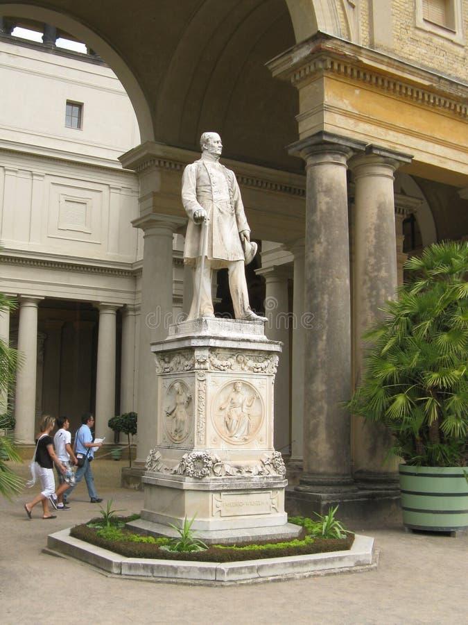 König Friedrich Wilhelm droppstaty på Sanssouci arkivfoton
