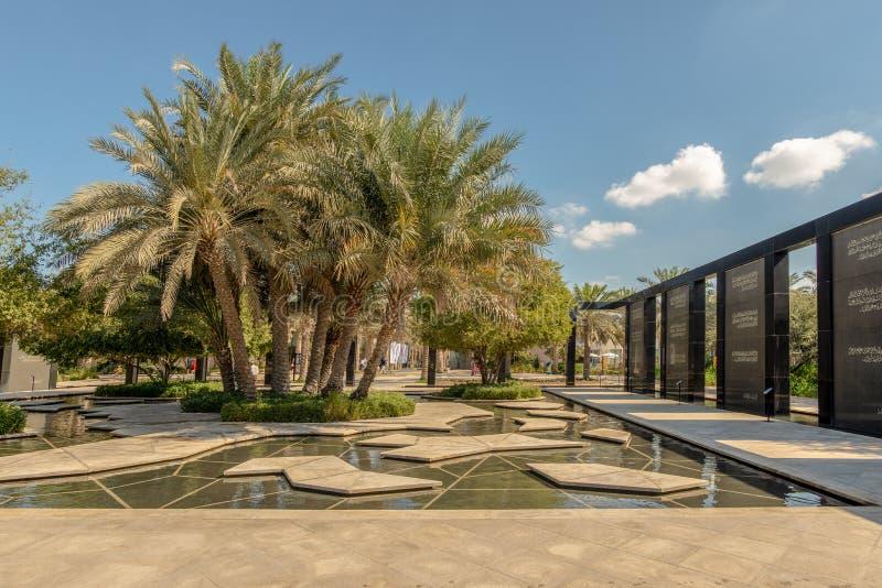 Kępa daktylowi treess i pomnik, Abu Dhabi zdjęcie royalty free
