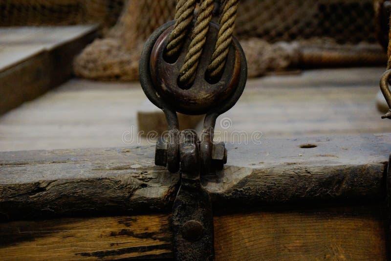 Kępka z linowym mienie żaglem na łodzi zdjęcia royalty free