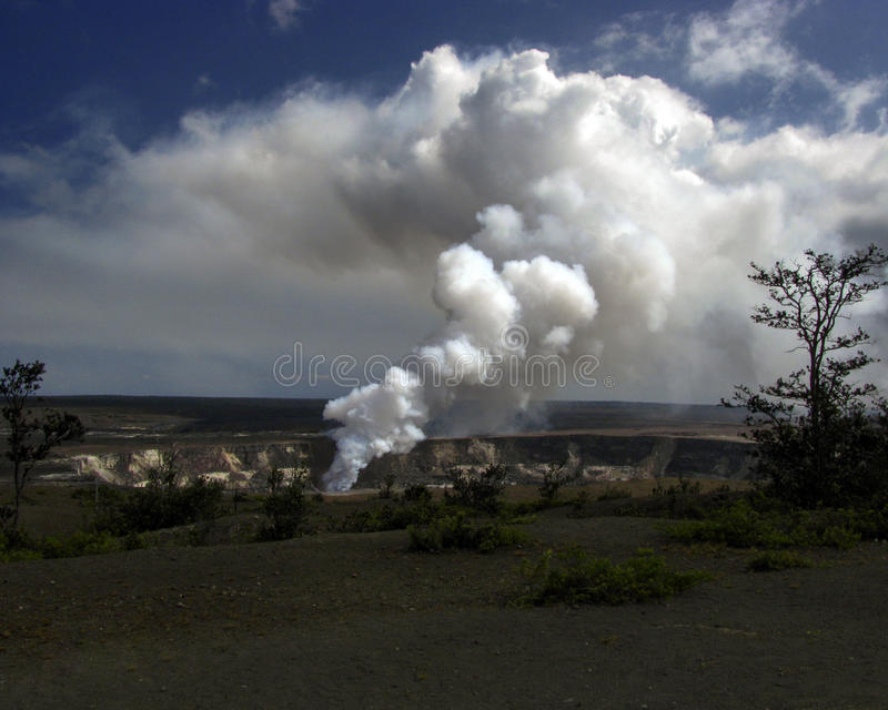 """从KÄ的火山的烟""""lauea 库存照片"""