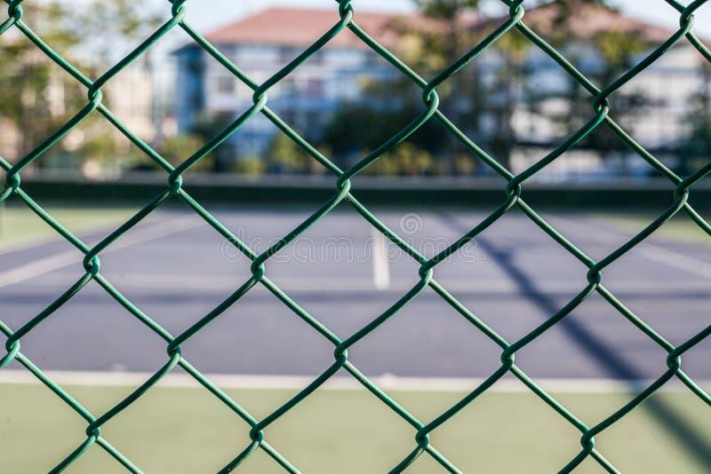 Käfig auf Tenniskurs auf Hintergrund lizenzfreies stockfoto