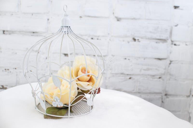 Käfig mit Blumen lizenzfreies stockfoto