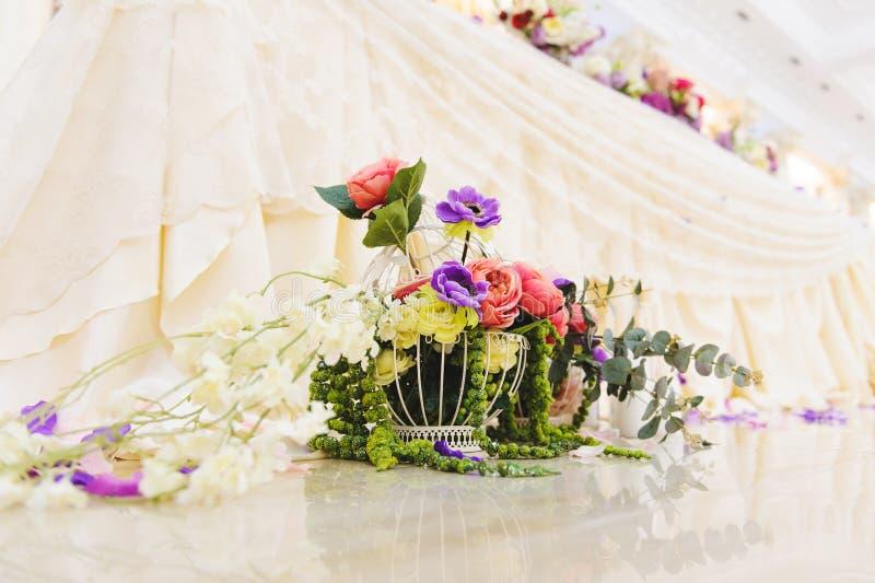 Käfig voll von Blumen lizenzfreie stockbilder