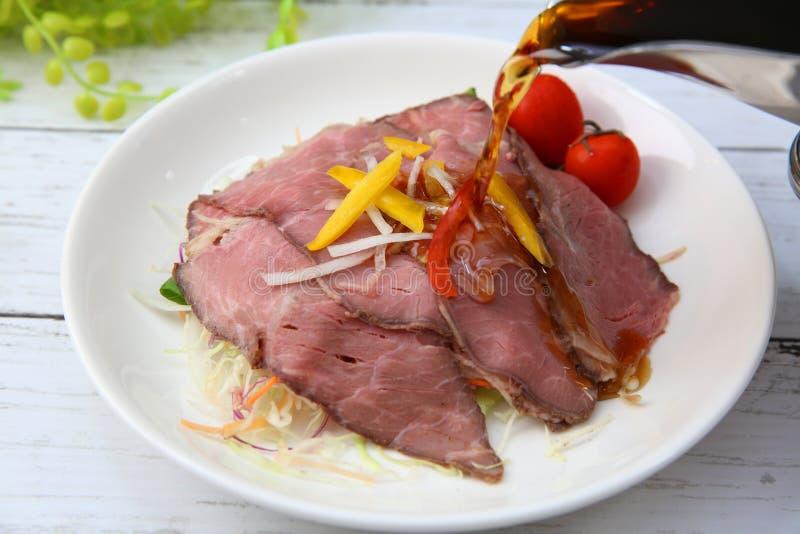 Källa för steknötkött och sky royaltyfria bilder