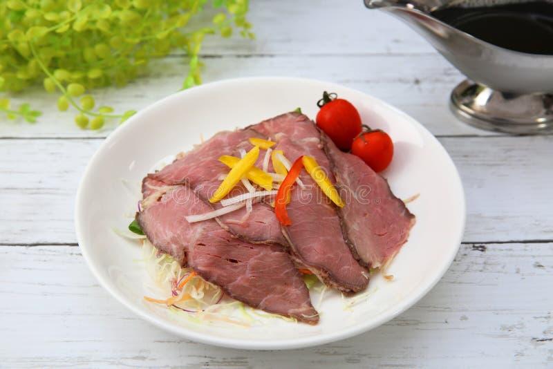 Källa för steknötkött och sky arkivfoton