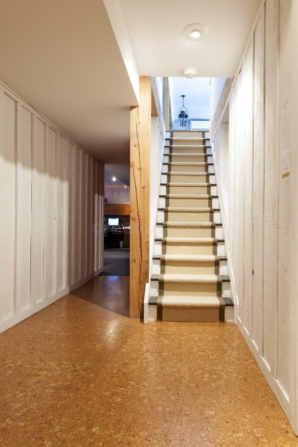 Källare och trappa i hus arkivfoto