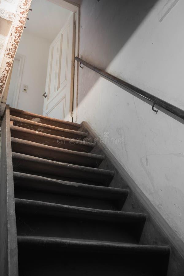 källaretrappa till ljuset arkivfoton