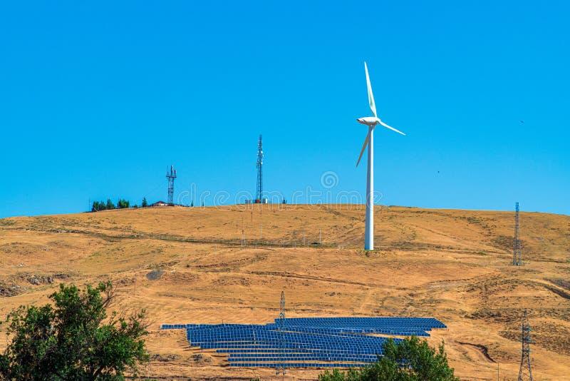 Källor för alternativ energi, vindturbin och solpaneler arkivfoto