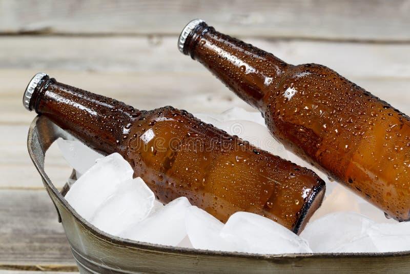 Kälte abgefülltes Bier auf Eis stockbilder