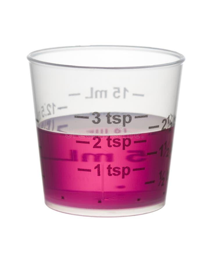 Kälte- oder Hustensirupmedizin in einem messenden Cup getrennt auf Whit stockfotos