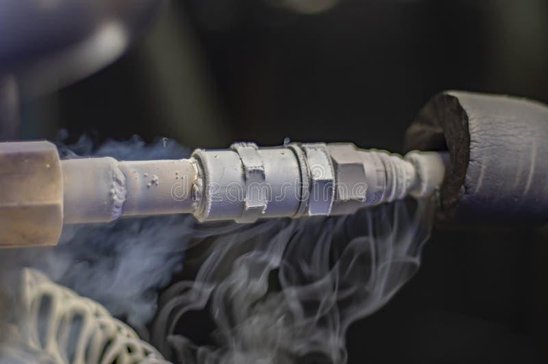 K?lteerzeugendes Schiff Rohre und Ventile Abf?llen von Tankwagen mit fl?ssigem Stickstoff Kaltes Dampfmetallrohr vom fl?ssigen St lizenzfreies stockbild