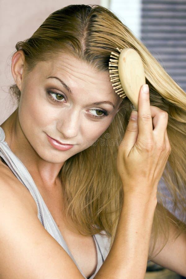 Kämmen des Haares stockfoto