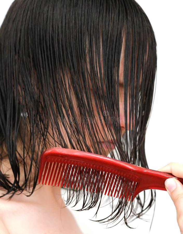 Kämmen des nassen Haares stockbilder