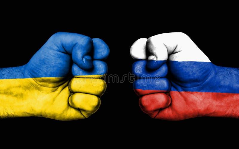 Kämpa mellan Ukraina och Ryssland - manliga nävar royaltyfri foto