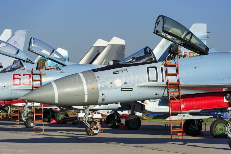 Kämpe-bombplanen sprutar ut i rad arkivfoto