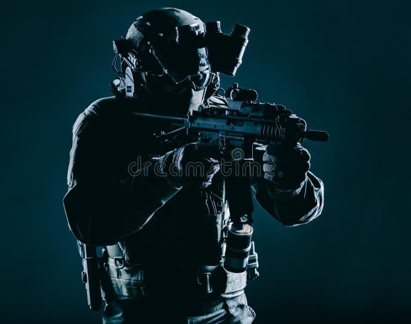 Kämpe för arméanfalllag som smyga sig i mörker arkivfoton