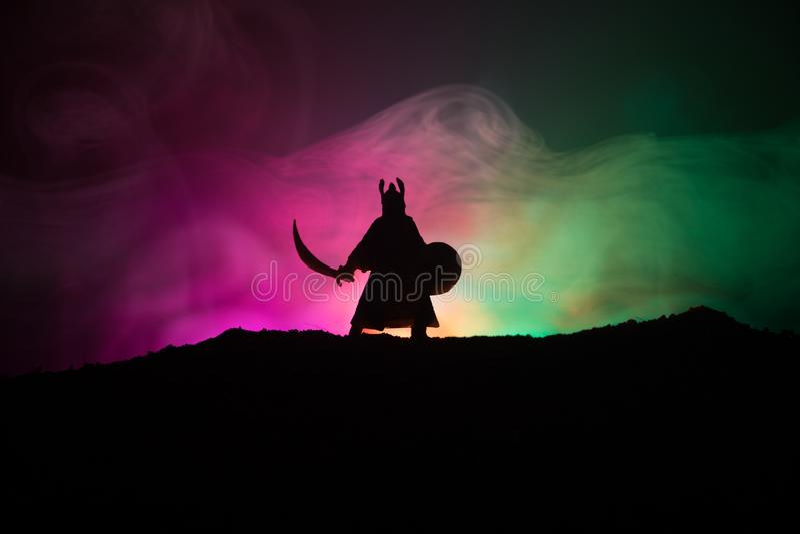 Kämpe med en svärdkontur en himmel Medeltida riddare med svärdet Selektivt fokusera royaltyfria foton