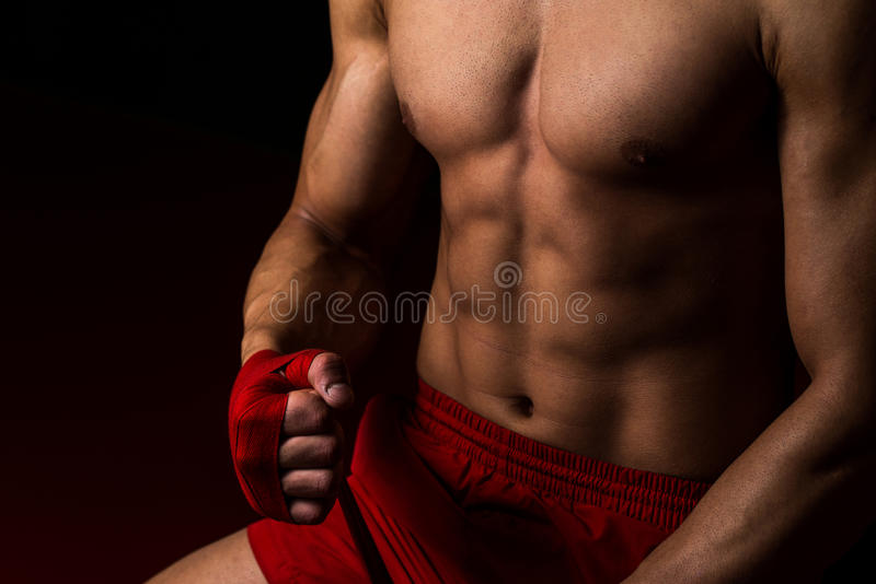 Kämpe som sätter remmar på hans händer arkivbild