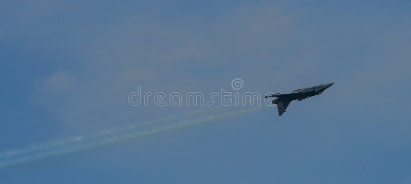 Kämpeflygplan som flyger för skärm royaltyfri foto