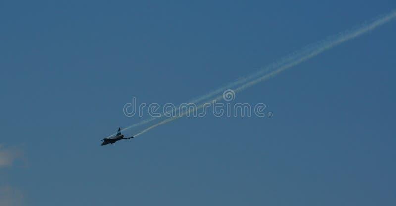 Kämpeflygplan som flyger för skärm royaltyfri bild