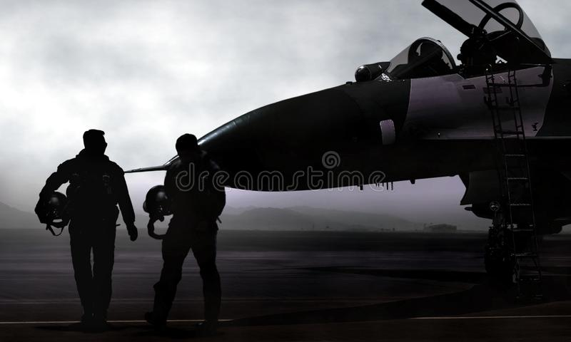 Kämpepilot och stråle på militär flygbas på gryning arkivbilder
