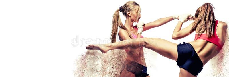 Kämpfen mit zwei attraktives athletisches Mädchen, stehend auf Verteidigungshaltungsbild mit sandigen Fragmenten der digitalen Ef stockfotos