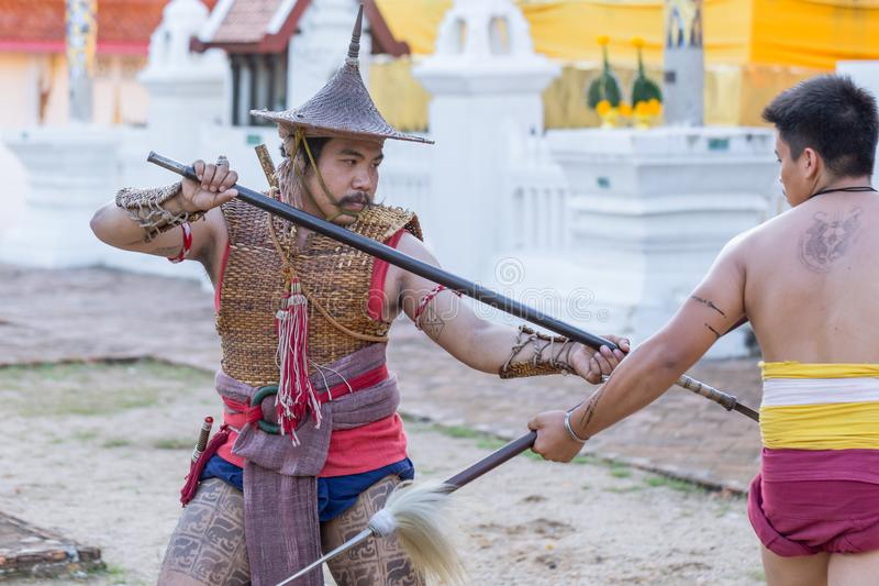 Kämpfende Aktion thailändischen alten Krieger Swordsmanship mit Klingen- und Stangenwaffe in Nord-Lanna-Kultur lizenzfreie stockbilder