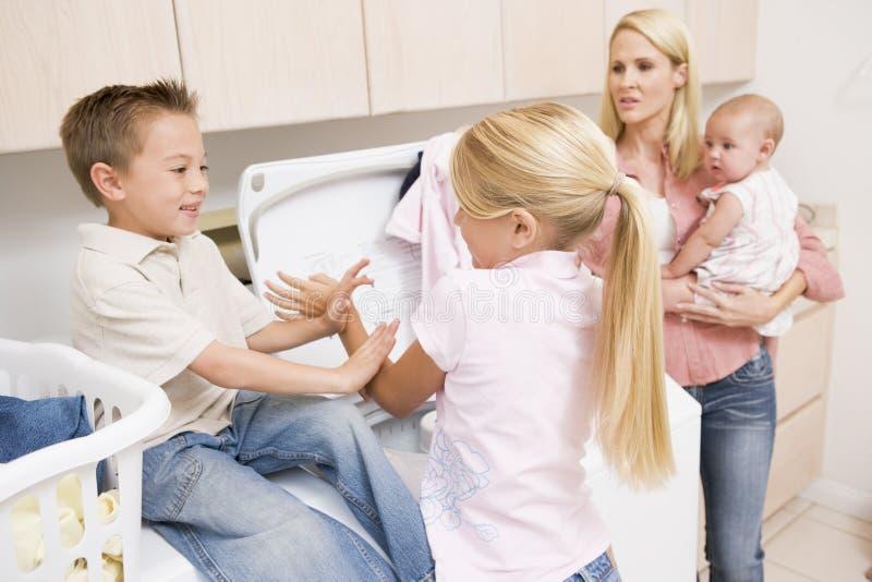 Kämpfende Geschwister beim Handeln der Wäscherei lizenzfreies stockfoto