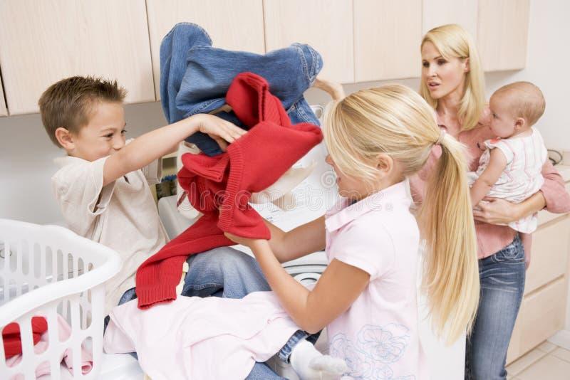Kämpfende Geschwister beim Handeln der Wäscherei stockfoto