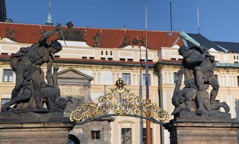 Kämpfende Giants-Statuen auf Prag-Schloss-Tor Panorama lizenzfreie stockfotografie