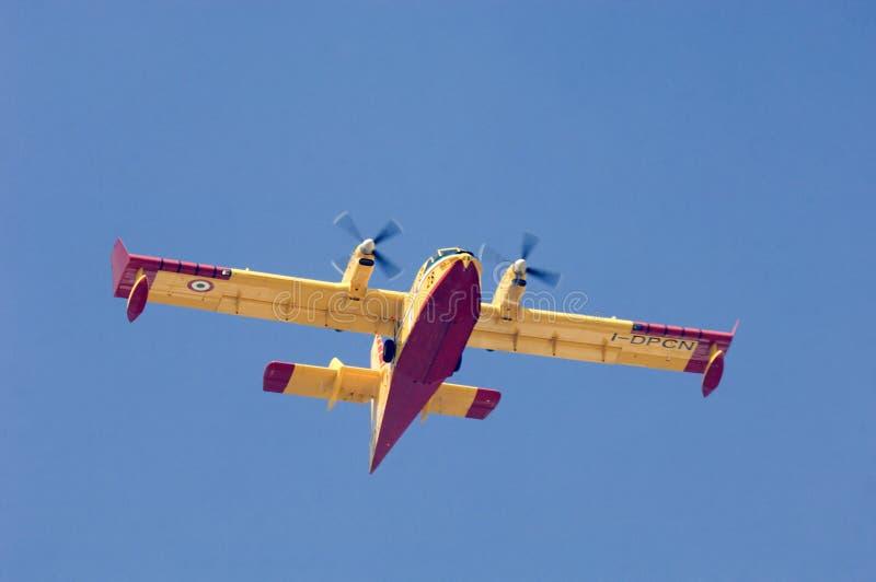 Kämpfendes Flugzeug des italienischen Feuers lizenzfreie stockfotos