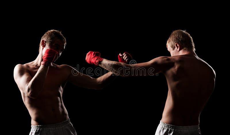 Kämpfer, die in der Dunkelheit boxen stockbild