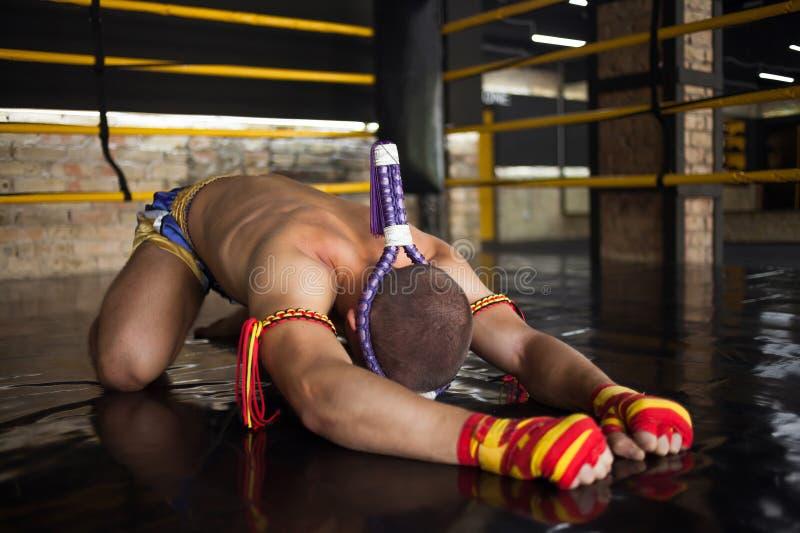 Kämpfer Muay thailändisches gebeugt im Ring stockfoto