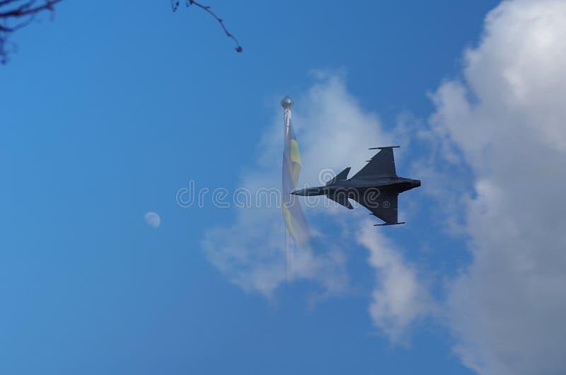 Kämpferflugzeug mit blauem Himmel stockbild