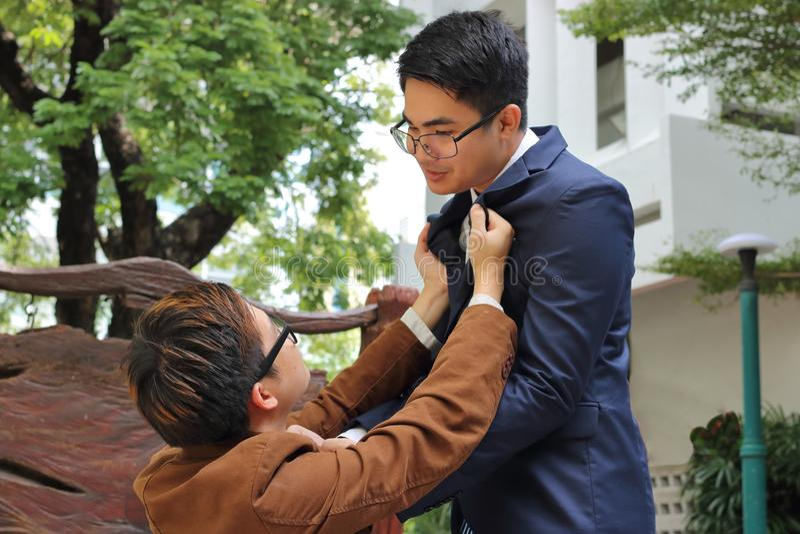 Kämpft verärgerter Geschäftsmann zwei im Park im Freien Geschäftskonfliktkonzept stockbild
