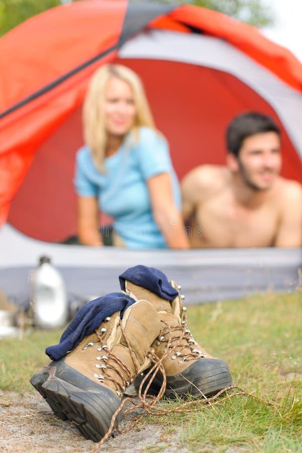 kängor som campar par som fotvandrar utanför tenten arkivbilder