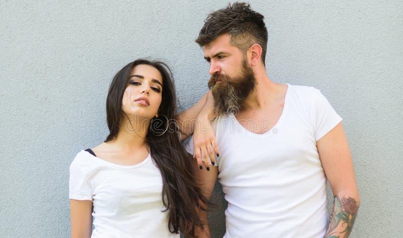 Känn deras stil Vit skjortaomfamning för par Hipsteren uppsökte, och den stilfulla flickan hänger ut det stads- romantiska datume royaltyfria bilder