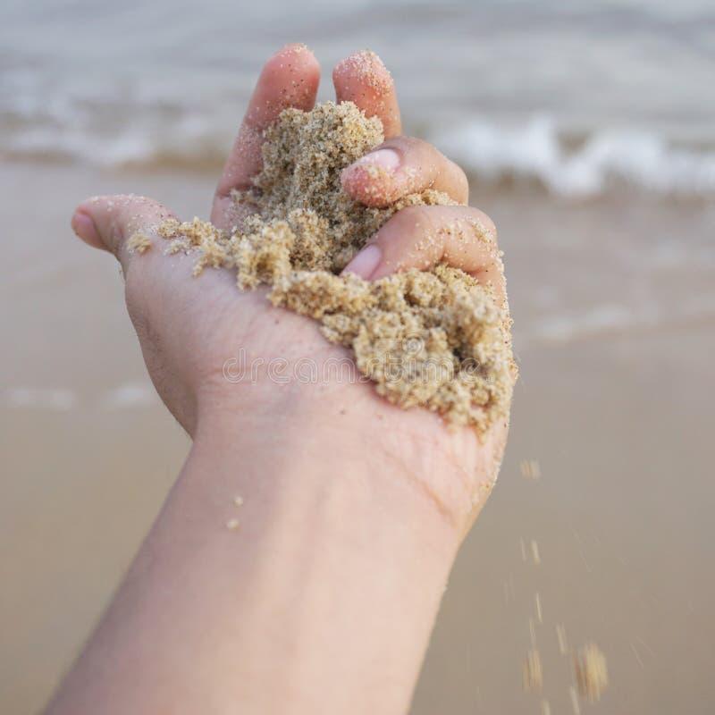 Känn sanden att känna naturen arkivfoto