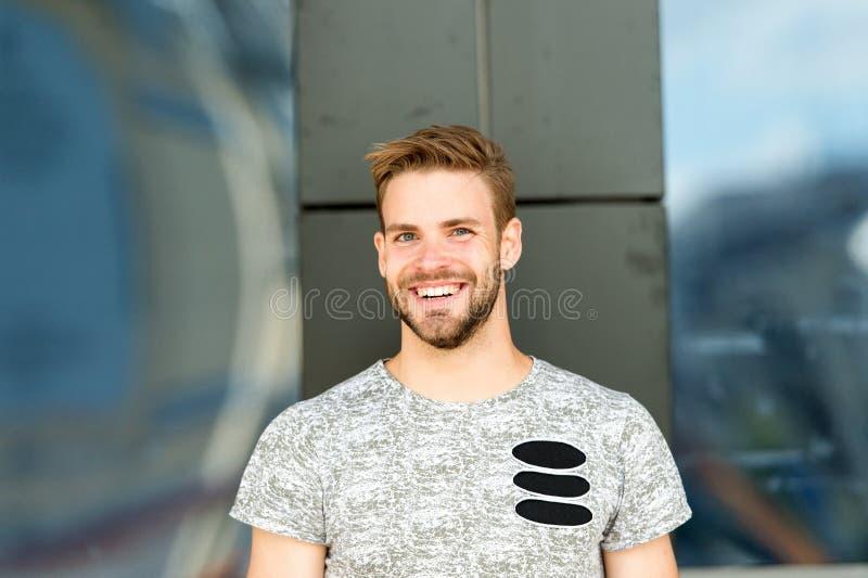 Kännande enorm dag vid dag Självaktning och positiv psykologi Stiligt posera för man säkert Mannen ser stilig in royaltyfria bilder