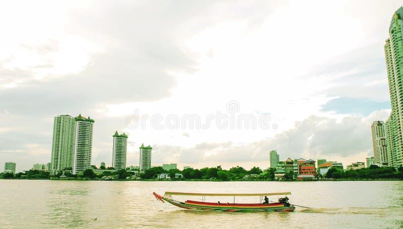 Kännetecken för design för fartyg Chao Phraya flodBangkok December 2018 för lång svans unikt av trans. i Bangkok flodfartyg royaltyfria foton