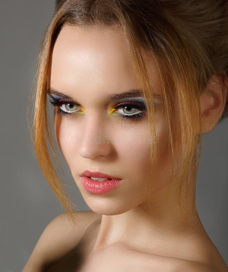 Känsla. Profil av den oberoende stilfulla kvinnan med skinande ögonmakeup arkivbild